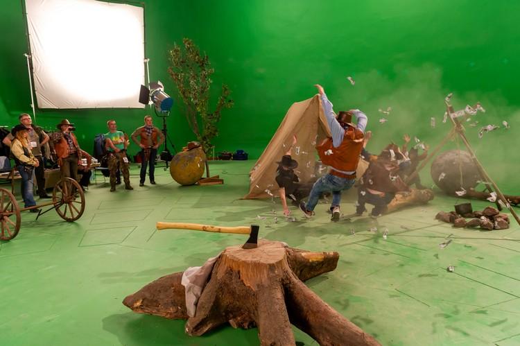 Несмотря на шаткое положение, на студии продолжают снимать картины.