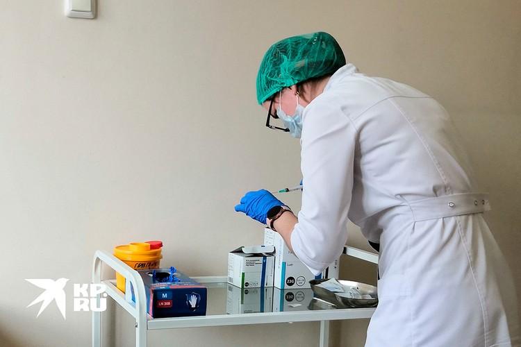 Медсестра готовится поставить укол.