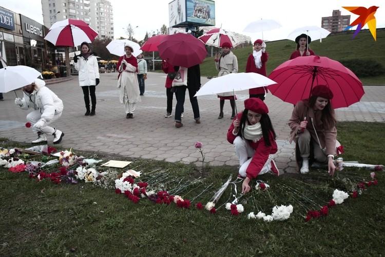 "Девушки дошли до ""Пушкинской"" и возложили красно-белые гвоздики на месте гибели Александра Тарайковского"