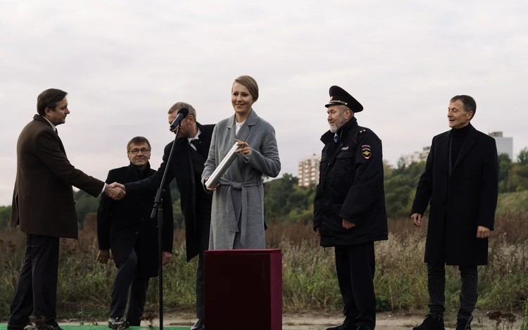 Ксения Собчак сыграла хваткую рейдершу, которая пытается подмять под себя город. Фото: Кадр из фильма