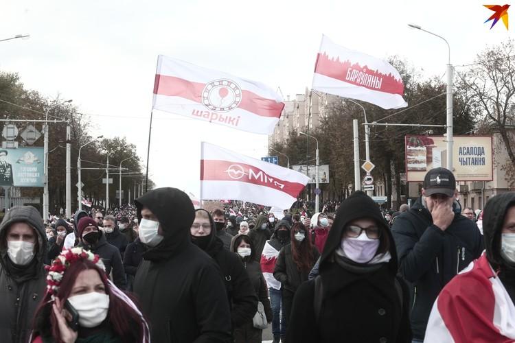 """Люди кричали """"Жыве Беларусь""""."""