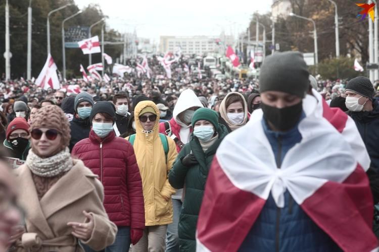 Традиционная многотысячная колонна протестующих.