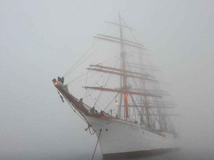 Природа решила нарисовать эффектную картину возвращения барка в родные воды. Фото: Николай Емцев