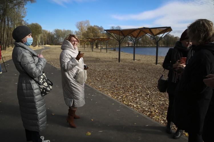 Начальник Управления экологии и природных ресурсов Липецкой области Галина Рощупкина показывает журналистам, что и как было сделано для развития территории