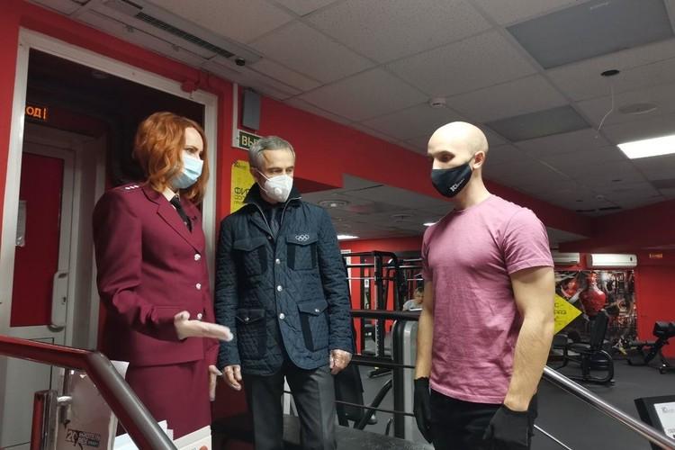 На входе посетитель должен быть в маске, во время занятий ее надевать не нужно.