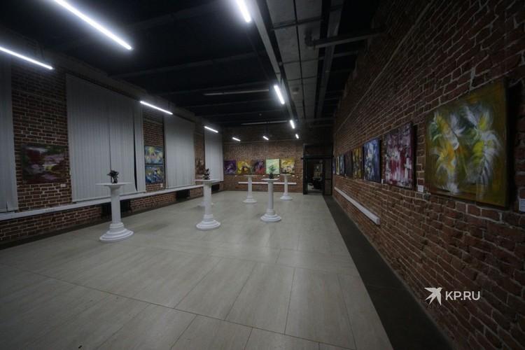 На выставке представлено более 100 работ.