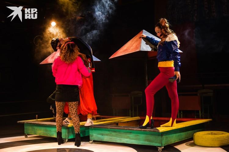 В спектакле показали гипертрофированный быт компании гопников 80-х: секс, насилие, алкоголь.