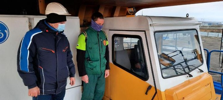 Егор Ковальчук побывал в кабине карьерной техники. ФОТО: Алексей Иванов