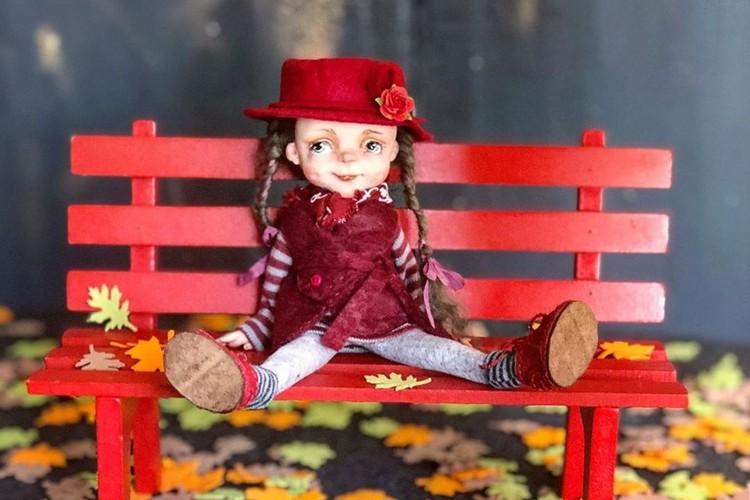 Ирина ездит со своими куклами на выставки. Фото: личный архив героя.