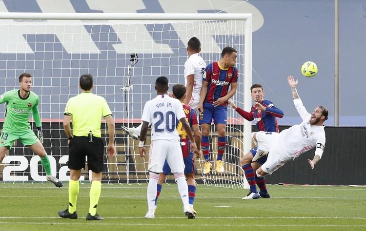 """Тот самый момент - Серхио Рамоса валят в штрафной """"Барселоны""""."""