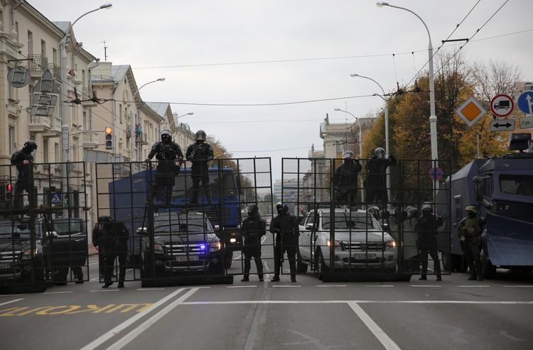 Минский ОМОН выставил заграждения на пути колонны