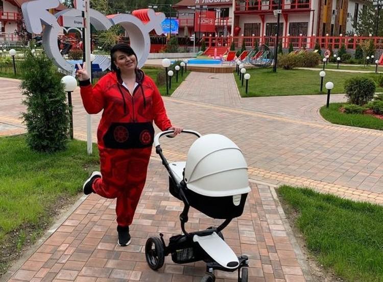 Саша Черно — новая звезда «Дома-2». На проекте она влюбилась, родила ребенка, на днях ушла с шоу. Но говорят, что хочет вернуться. Разве плохо сидеть в декрете и получать зарплату?
