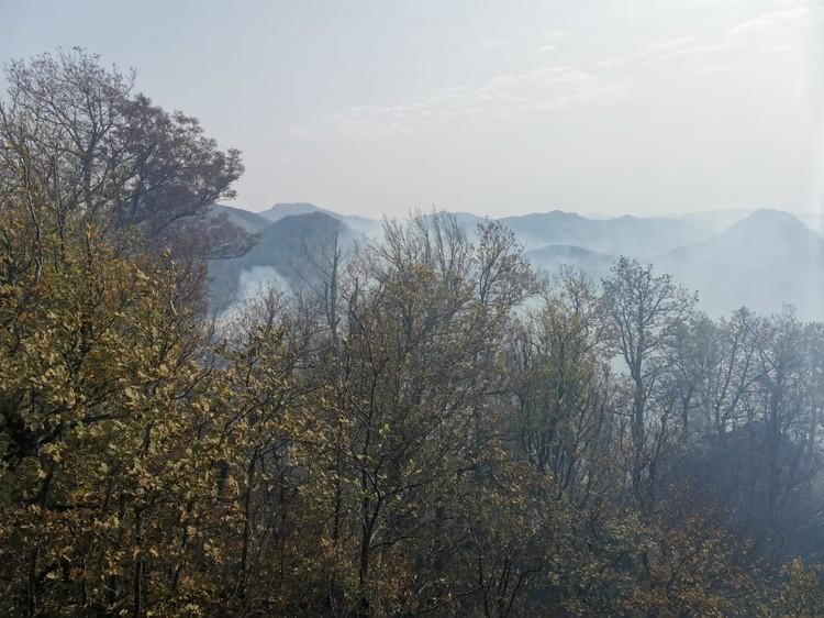 Над пылающими склонами ждут вертолет. Фото: МЧС по краю
