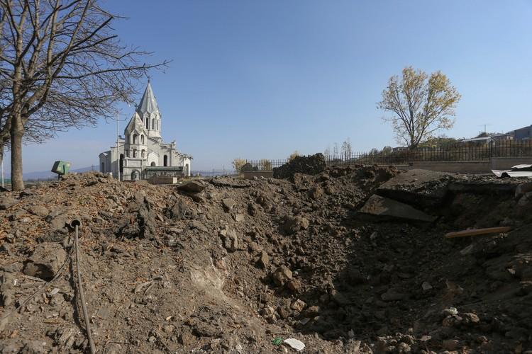 """Представители ведомства также уточняют, что в """"результате принятых ответных мер против вооруженных сил Армении на различных направлениях фронта среди личного состава противника есть убитые и раненые""""."""