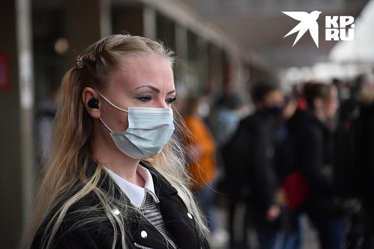 Заразиться можно в любой момент. Поэтому надо соблюдать ковидные правила - носить маску и перчатки в общественных местах и транспорте