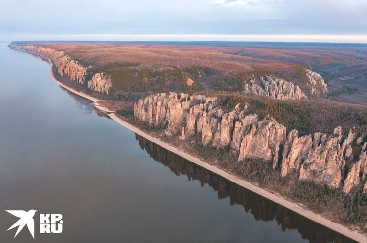 Каменные образования тянутся над Леной на протяжении 40 км. Фото Максима Рязанцева