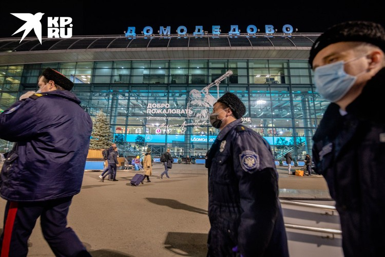 Патрулируют казаки и снаружи аэропорта.