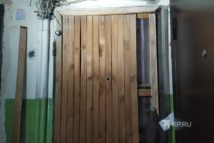Силовикам пришлось взламывать двери, чтобы попасть в квартиру.