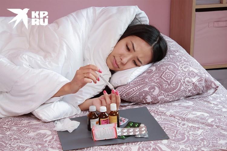 В 80% случаев ковид протекает в легкой и среднетяжелой формах, мало отличаясь от обычного сезонного ОРВИ и гриппа.