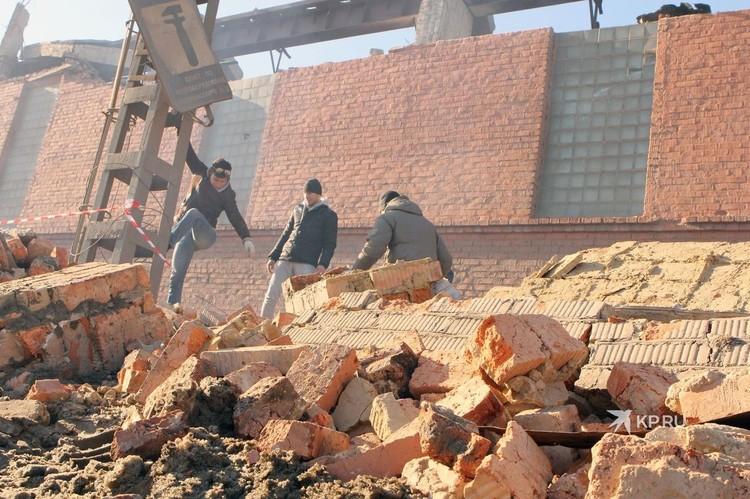 Одно из последствий падения челябинского метеорита в 2013-м - руины от разрушенного фасада завода.