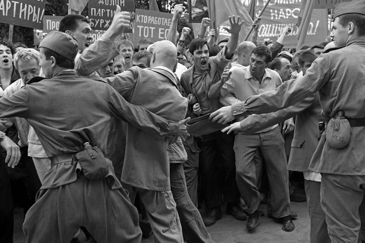 Сюжет «Дорогих товарищей» основан на беспорядках в Новочеркасске 1962 года. Кадр из фильма