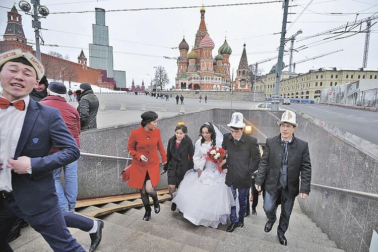 Пока одни в Киргизии делят на родине власть и деньги, другие играют свадьбы в Москве. Тут революций меньше, а работы больше.