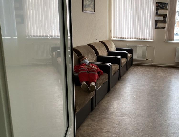 На станции скорой медицинской помощи обычно пусто, лишь иногда сюда заглядывает фельдшер, чтобы отдохнуть после смены