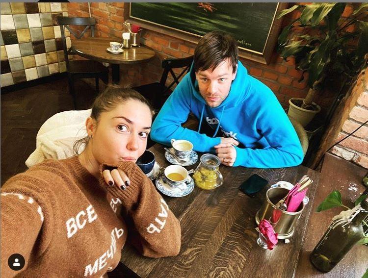 Актриса опубликовала в Инстаграме снимок, который она сделала во время встречи с актером Вольфгангом Черни.