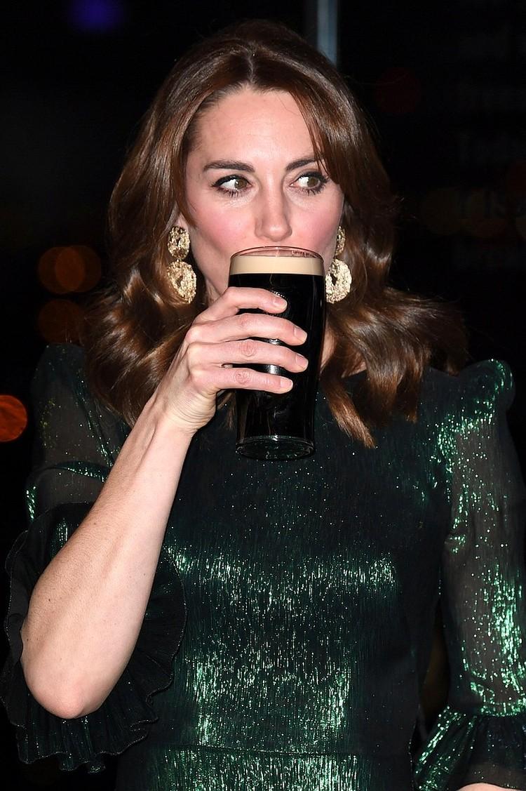 А вот сережки к своему платью Кейт надела дешевые: бижутерия демократичного бренда H&M обошлась ей всего в 6 фунтов.