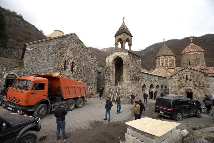 Наши военные берут монастырь под особый контроль. После этой новости выдохнула и перекрестилась вся Армения. Фото: Александр Рюмин/ТАСС