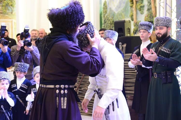 Папаху на голову юного кхонаха водрузил муфтий Чечни Салах Мержиев
