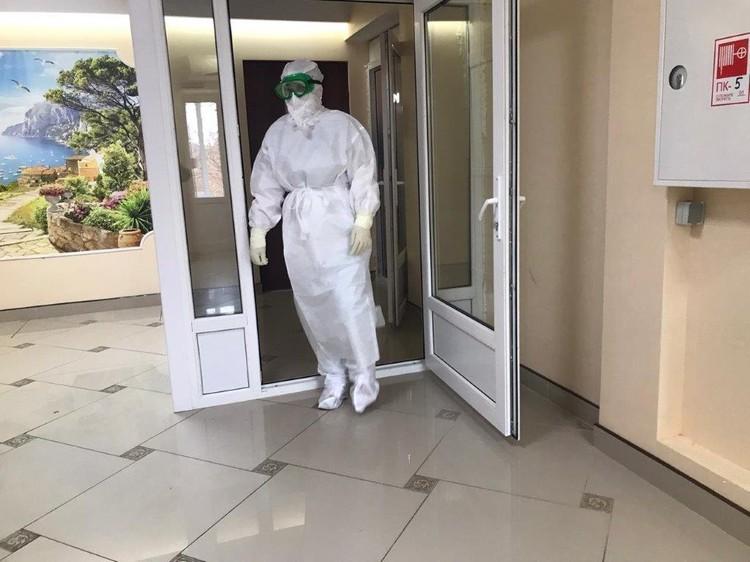 Медики осваивают новые СИЗы. Фото: АВО