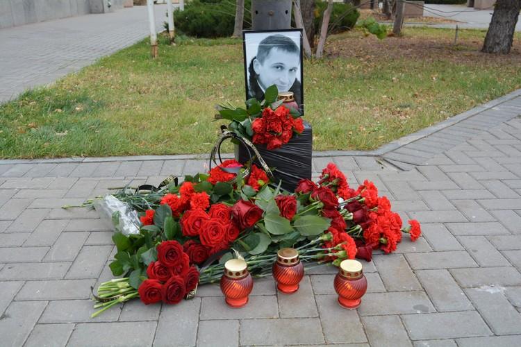 Рядом с местом гибели Романа его друзья и коллеги каждый вечер зажигают свечи.