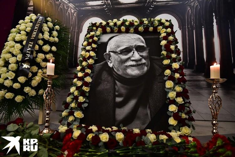 В фойе театра - большой портрет Джигарханяна в рамке из белых роз.
