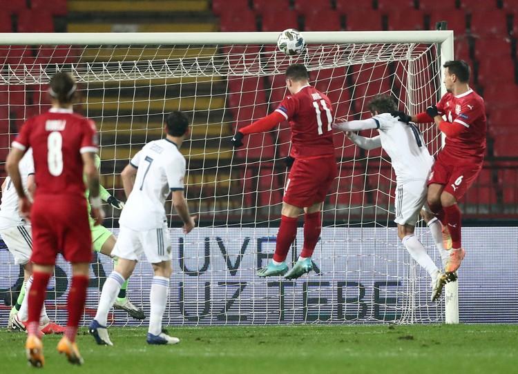 Лука Йович забивает очередной гол в ворота сборной России.