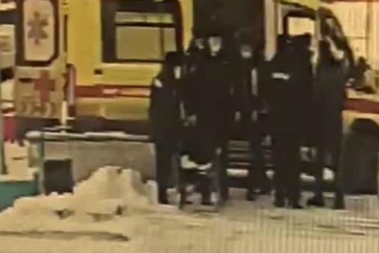 """Затем помогают сесть в карету скорой помощи. Фото: предоставлено """"КП""""-""""Иркутск"""""""