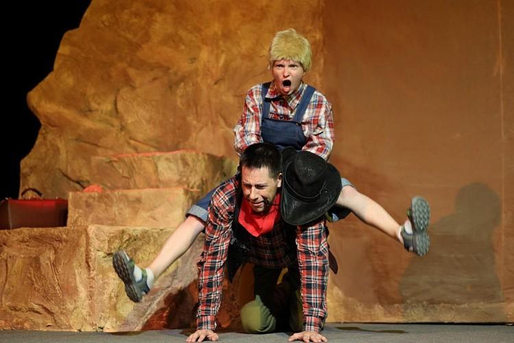 Зрителям представят легкий спектакль для молодежи «Вождь краснокожих». Фото: Казачий театр.