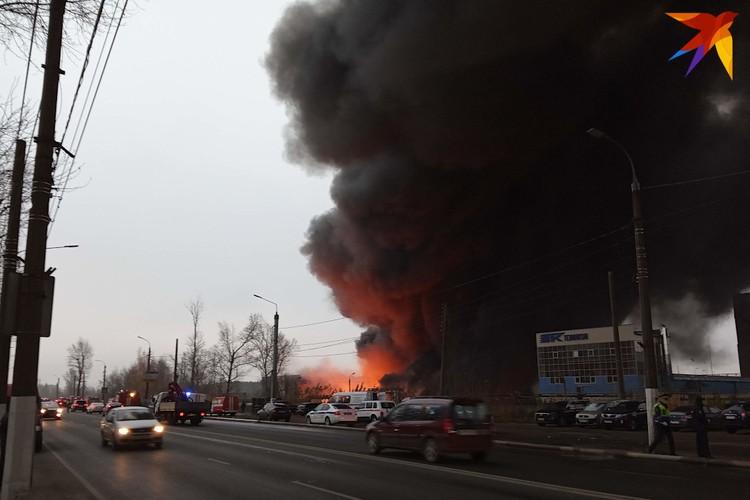 Чёрный дым столбом стоял над пожаром 3 ноября.
