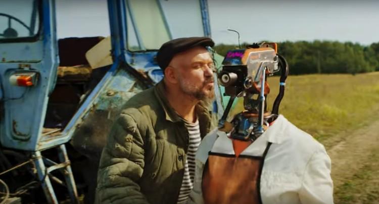 Герой видео встретил свою любовь - доярку-робота Глашу. Фото: стоп-кадр с канала birchpunk.