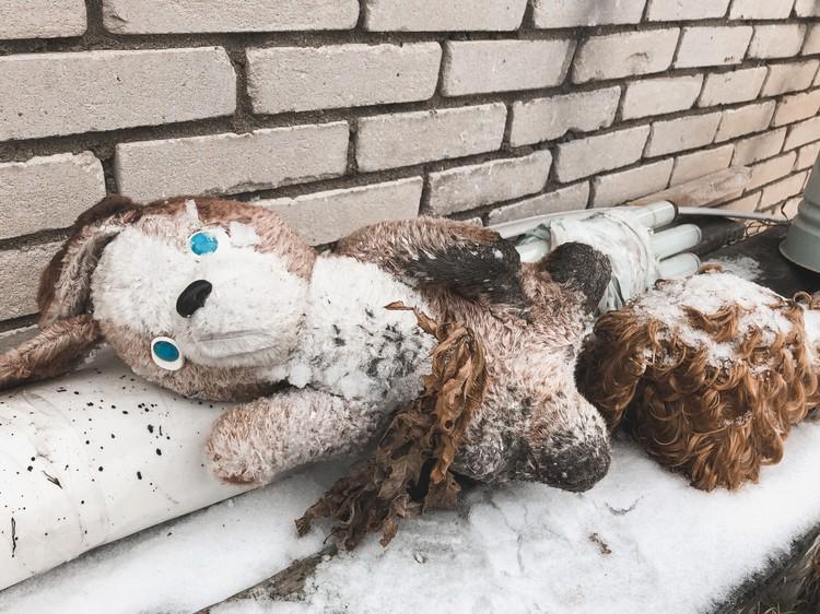 У дома похитителя лежат игрушки