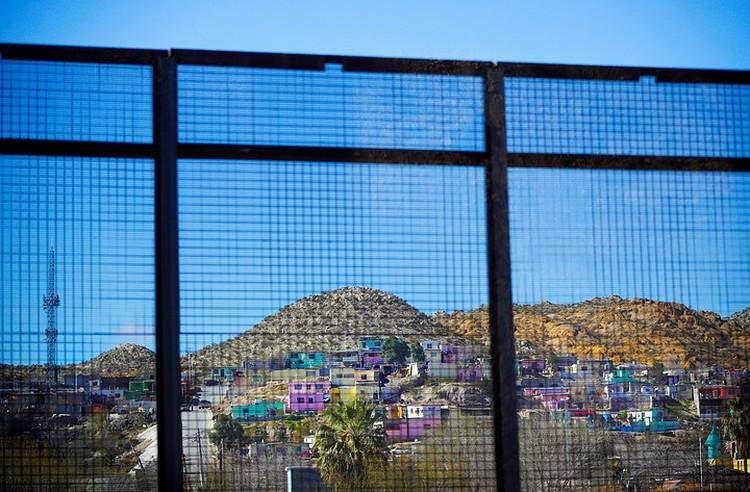 На границе протяженностью в 3145 км остался старый барьер, построенный еще предшественниками Трампа и закрывающий, да и то не слишком надежно, лишь треть пограничной линии.