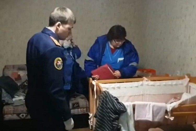 Похищенного ребенка нашли в одной из городских квартир - новорожденная девочка лежала в детской кроватке.