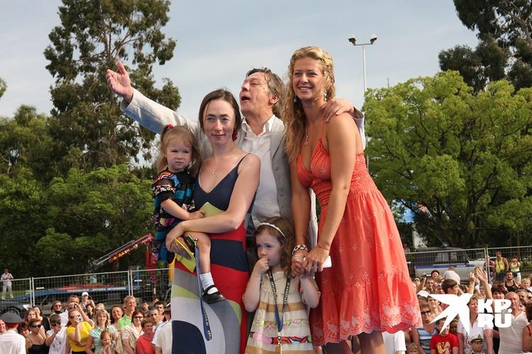 Михаил Ефремов с женой, двумя детьми и племянницей на Кинотавре - 2009