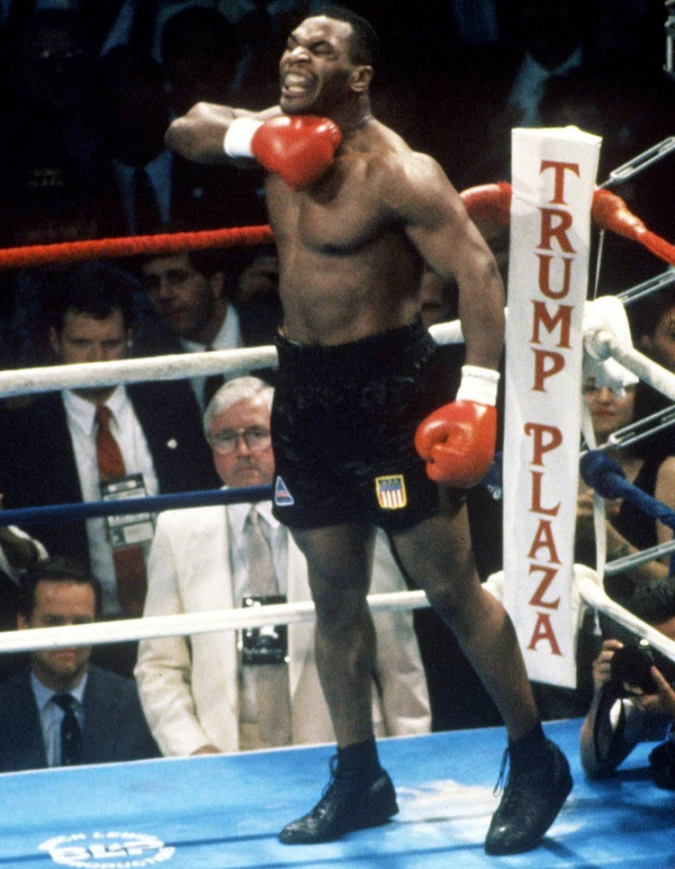 Майк Тайсон - один из самых скандальных звезд мирового бокса. На снимке - его привычное поведение на ринге, 1988 г.