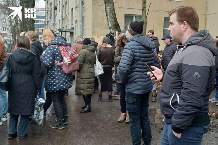 Жители дома вынуждены стоять на улице, пока Дениса Б. не задержат.