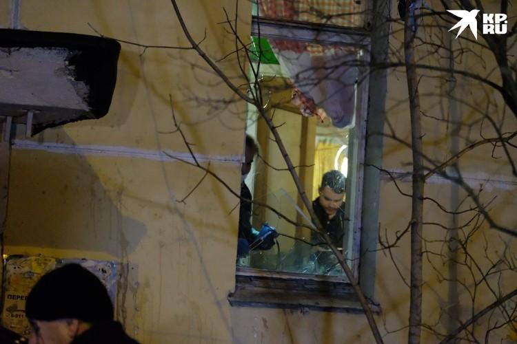 """Разбитое окно на кухне, откуда мужчина вел переговоры и общался с журналистами """"КП""""."""