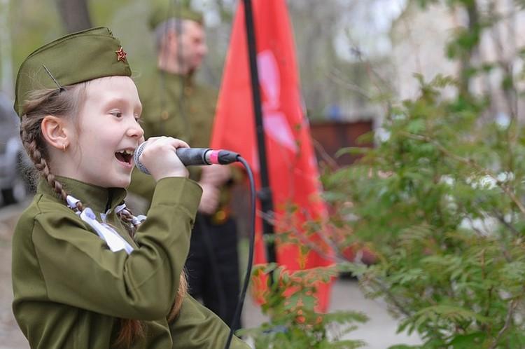Ученики колледжа в этом году приняли активное участие в акциях к 9 Мая в необычном формате - концерта под окнами ветеранов. Фото: primorsky.ru