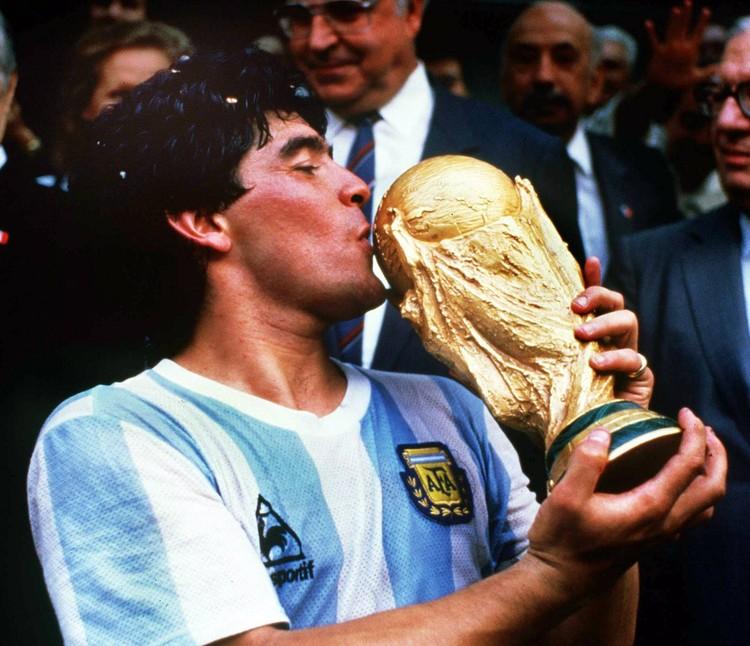 Диего Марадона с кубком ЧМ