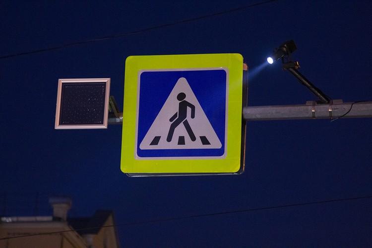 Проекцию знака видно благодаря устройству, расположенному над проезжей частью.