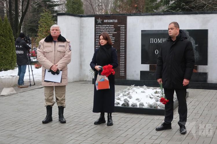 Александр Костров и Владимир Бурмистров отметили всех, кто помогал открытию мемориала.